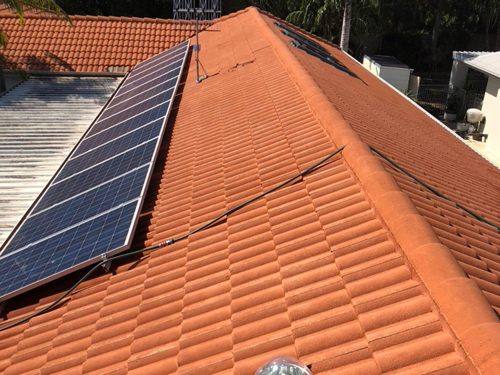 Clean solar panel and roof after cleaning service
